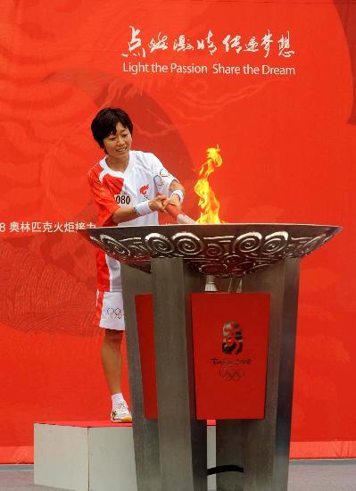 图文-北京奥运会火炬在长野传递 点燃圣火盆瞬间