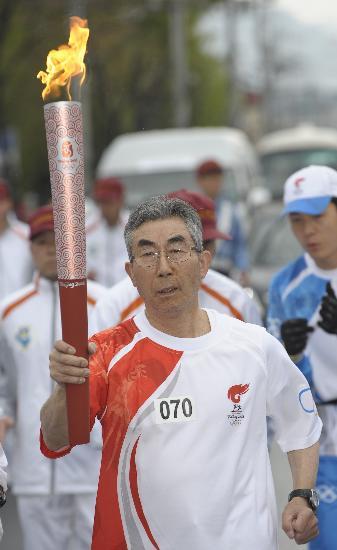 图文-北京奥运会火炬在长野传递 76岁老者进行传递