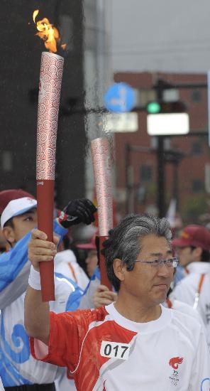 图文-奥运会火炬在长野传递 日本奥委会主席传递