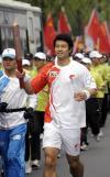 图文-北京奥运会圣火在首尔传递 文大成稳步前进