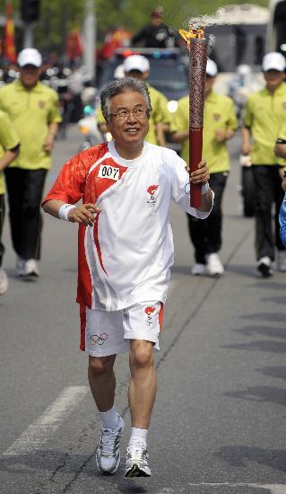 图文-北京奥运圣火在首尔传递 朴范勋手持火炬传递