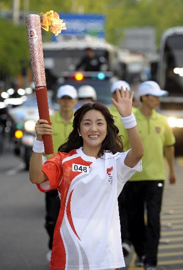图文-北京奥运圣火在首尔传递 美女火炬手分外惹眼