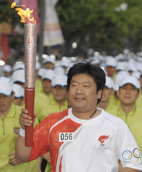 图文-北京奥运圣火在首尔传递 郑在玄看着就可爱