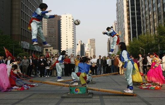 图文-北京奥运圣火在首尔传递 具有朝鲜特色的表现