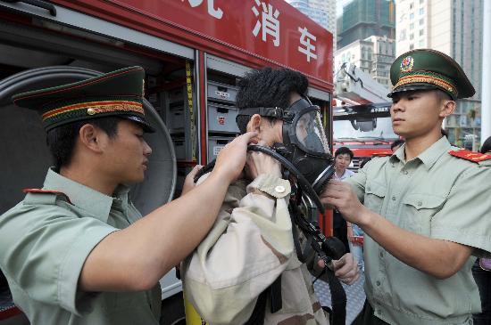 图文-南宁开展迎奥运安全活动 市民试戴防毒面具