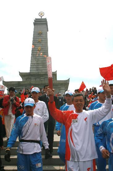 图文-北京奥运会火炬在平壤传递 中朝友谊塔下传递