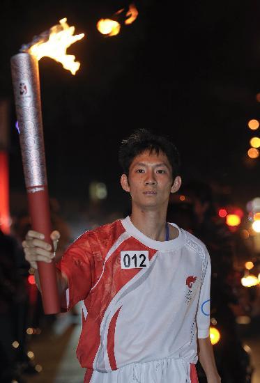 图文-奥运圣火传递在胡志明市举行阮进明斗志昂扬