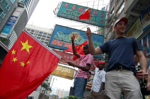 图文-北京奥运会圣火在香港传递 还有外国朋友