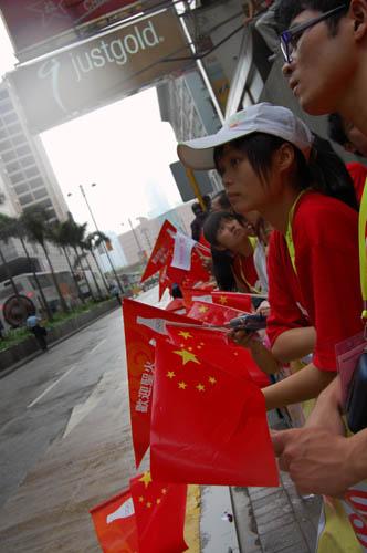 图文-北京奥运会圣火在香港传递 对圣火
