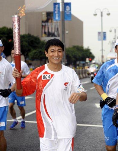 图文-北京奥运圣火在香港传递 刘德华微笑迷人