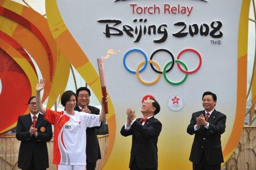 图文-北京奥运圣火在香港传递 李丽珊接过火炬