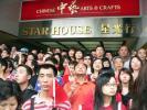 图文-北京奥运圣火在香港传递 市民井然有序等待