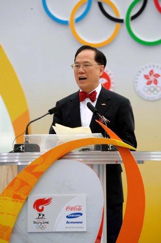 图文-北京奥运圣火在香港传递 起跑仪式上讲演