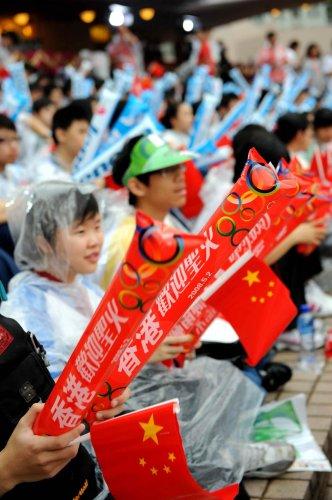 图文-北京奥运圣火在香港传递 雨中的香港学生