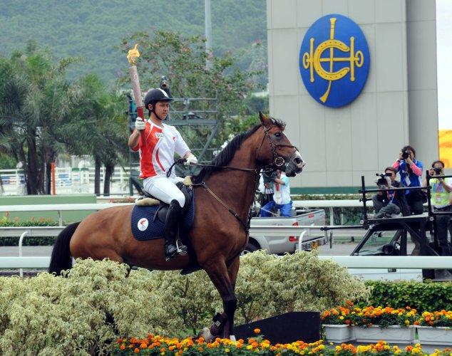 图文-北京奥运圣火在香港传递 骑马传递有意义