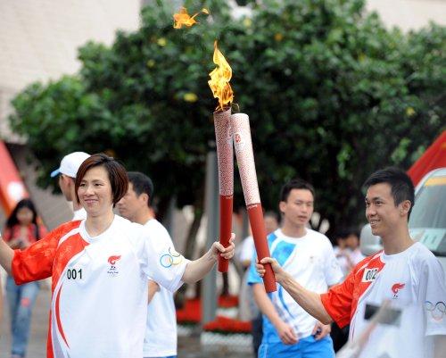 图文-北京奥运圣火在香港传递 李丽珊李静交接