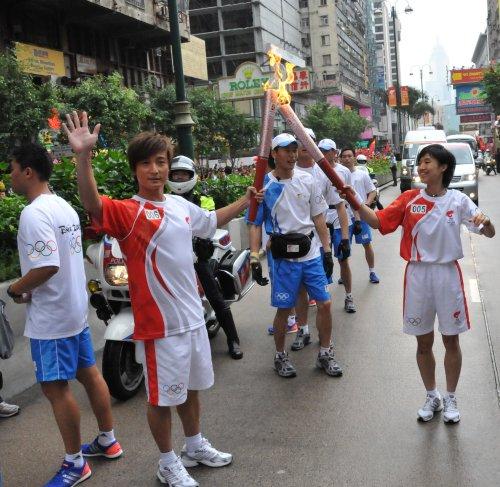 图文-北京奥运圣火在香港传递 叶佩延方力申交接