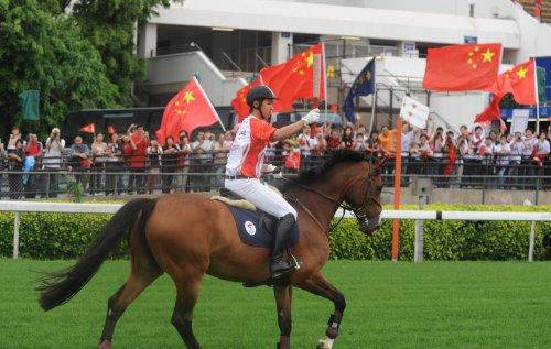 图文-北京奥运圣火在香港传递 真正的骑马传递
