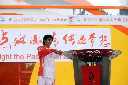 图文-北京奥运圣火在香港传递 黄金宝点燃圣火盆