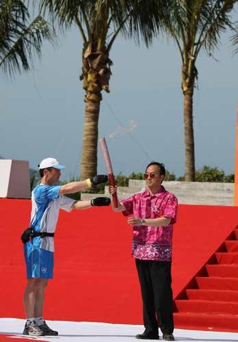图文-北京奥运圣火三亚起跑仪式 刘敬民接过火炬