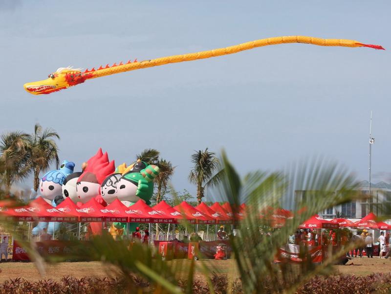 图文-北京奥运圣火三亚起跑仪式 巨龙在空中飞翔