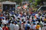 图文-北京奥运圣火在三亚传递 三亚群众涌向街头