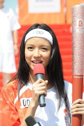 图文-北京奥运圣火在三亚传递 世姐张梓琳甜美