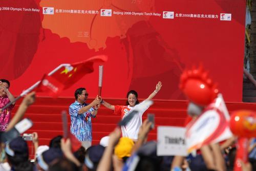 图文-北京奥运圣火在三亚传递 卫留成交接火炬