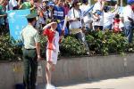 图文-北京奥运圣火在三亚传递 火炬手眺望远方