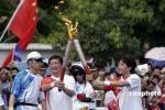 图文-北京奥运圣火在三亚传递 火炬交接一瞬间