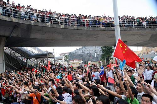 图文-奥运圣火在澳门传递 澳门全民出动迎圣火