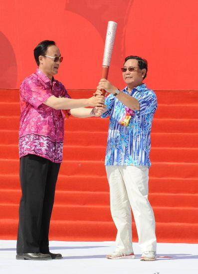 图文-北京奥运圣火在三亚传递 刘敬民移交给卫留成