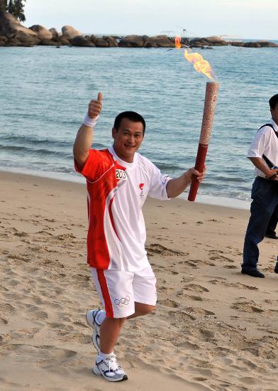 图文-北京奥运圣火在三亚传递 张国政在天涯海角