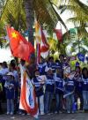 图文-2008年奥运会火炬在三亚传递 群众欢迎圣火