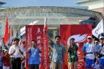 图文-北京奥运会火炬在海南琼海传递 祝春荣展示火炬