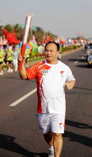 图文-北京奥运会圣火在海口传递 举重队教练陈文斌