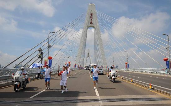 图文-北京奥运圣火海口传递