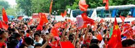 图文-北京奥运圣火在广州传递 广州市民全出动