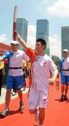 图文-北京奥运圣火在深圳传递 悉尼奥运冠军肖俊峰