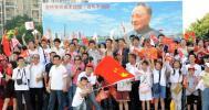 图文-北京奥运圣火在深圳传递 小平像下留张影