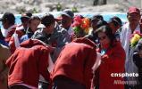 图文-珠峰大本营举行庆祝活动 向勇士献上哈达