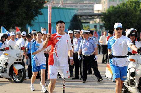 图文-北京奥运圣火在厦门传递再现奥林匹克精神