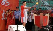 图文-北京奥运圣火在厦门传递圣火盆即将被点燃
