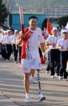 图文-北京奥运圣火在厦门传递侯斌依旧笑对未来