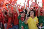图文-北京奥运圣火在泉州传递 手持相机路边拍照