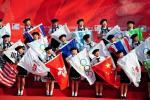 图文-北京奥运圣火在厦门传递孩子们手持各国国旗
