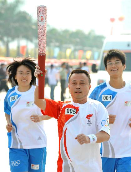 图文-奥运会圣火在龙岩传递 第五棒火炬手进行传递