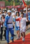 图文-奥运圣火在龙岩传递 首棒火炬手在注目中起跑