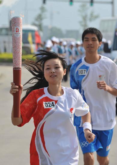图文-2008年奥运会火炬在龙岩传递 官雪英青春飞扬