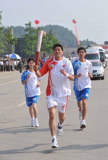 图文-2008年奥运会火炬在龙岩传递 火炬手林鹰传递